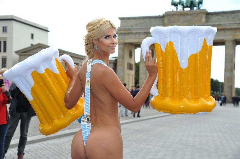 Микаэла Шефер обнажилась на главной площади Берлина