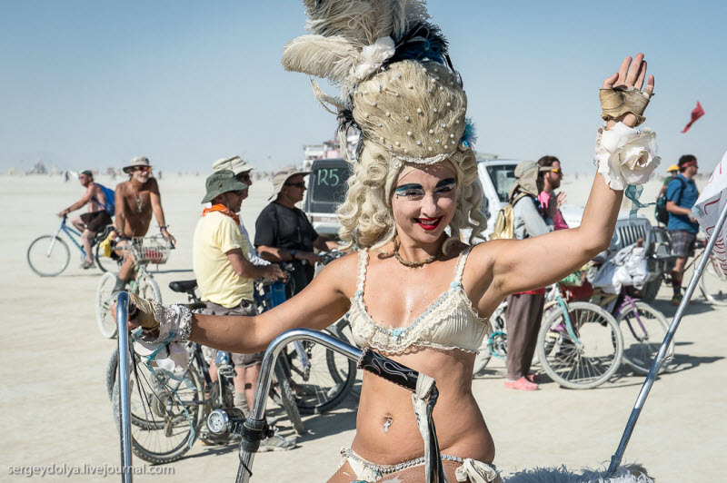 Burning Man 2013. 10 000 голых сисек в пустыне (65 фото) (эротика)