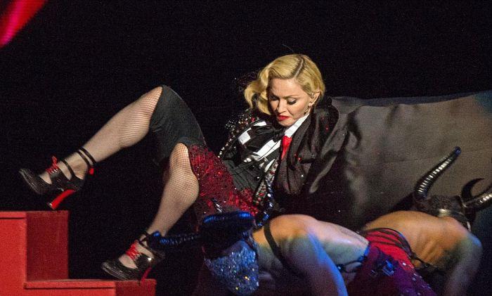 Во время выступления на церемонии Brit Awards Мадонна упала со сцены
