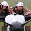 девки на крыле самалёта